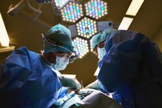 magazynkobiet.pl - doctor 650534 1280 330x220 - Antybakteryjne fartuchy medyczne, jak je dopasować?