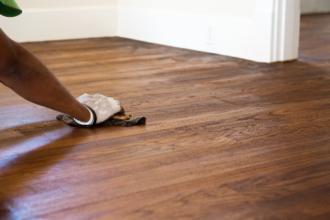 Lakierowanie drewnianej podłogi