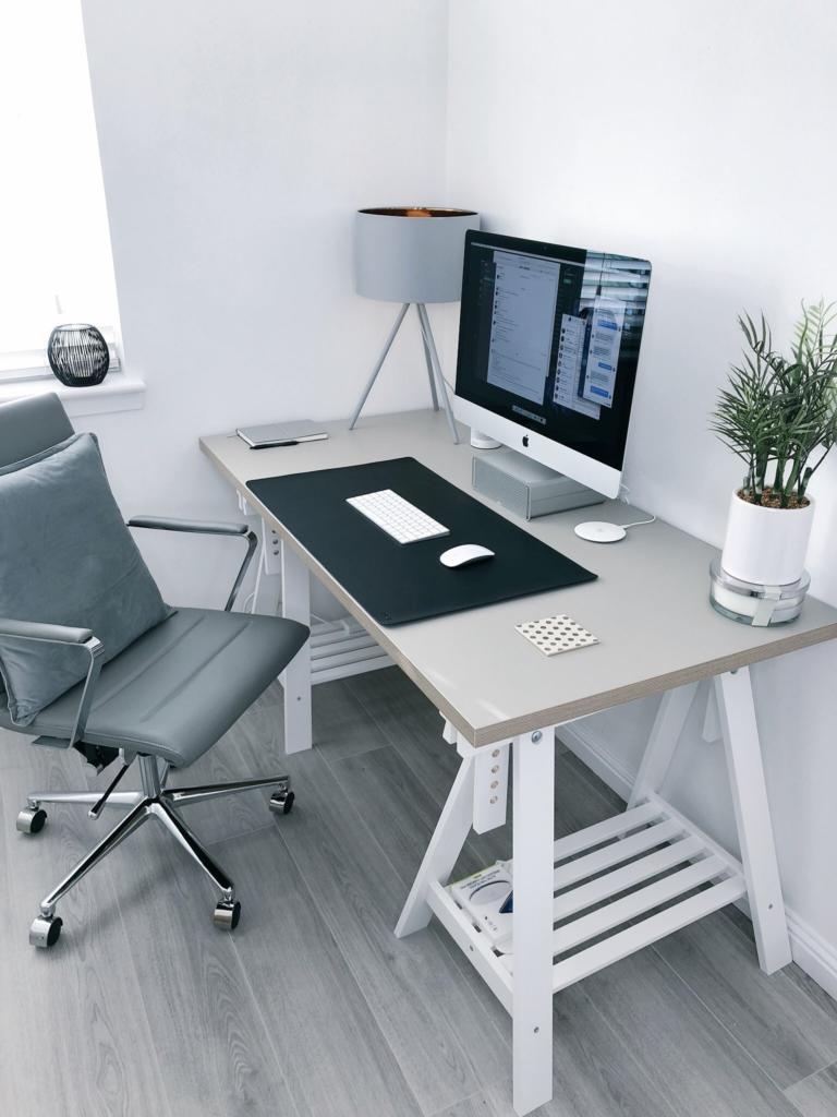 magazynkobiet.pl - james mcdonald 3d4ssuchuna unsplash 768x1024 - Podpowiadamy jak wybrać biurko komputerowe