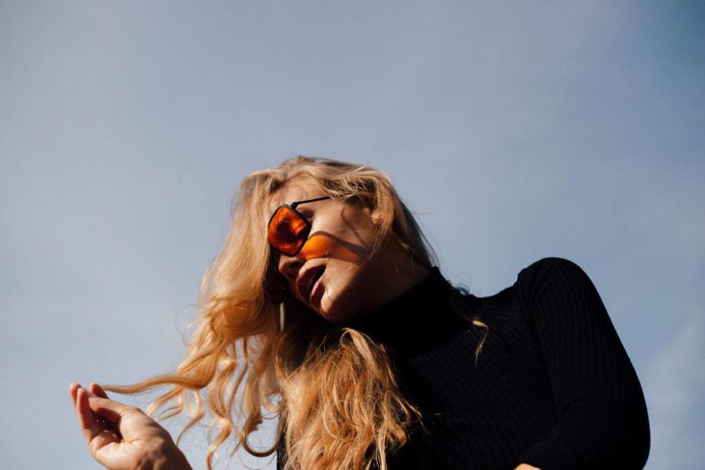 magazynkobiet.pl - okulary zima 2019 kolorowe szkla 1024x683 - Zimowe trendy w świecie okularów