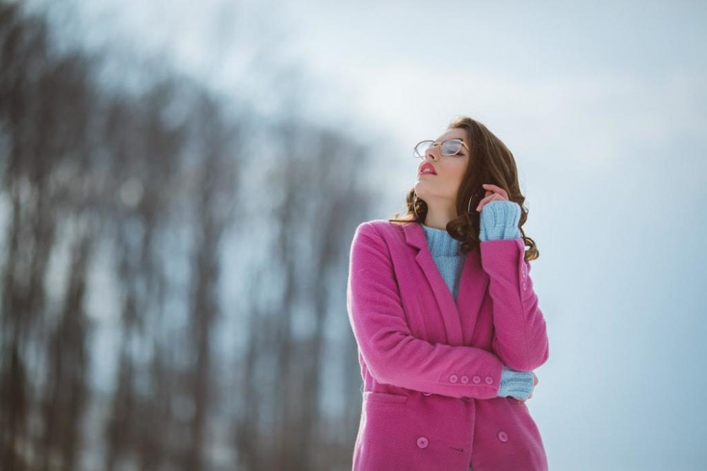 magazynkobiet.pl - trendy zima okulary przezroczyste 1024x683 - Zimowe trendy w świecie okularów