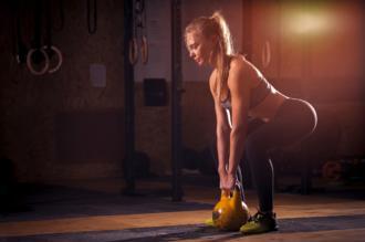 magazynkobiet.pl - kettlebelle 330x219 - Kettlebell - przykłady ćwiczeń dla kobiet. Twoje wymarzone pośladki!