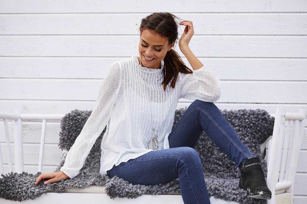 magazynkobiet.pl - Eleganckie koszule damskie z czym je nosić 1 1050x700 - Eleganckie koszule damskie - z czym je nosić?