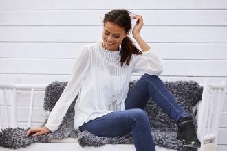 magazynkobiet.pl - Eleganckie koszule damskie z czym je nosić 1 330x220 - Eleganckie koszule damskie - z czym je nosić?