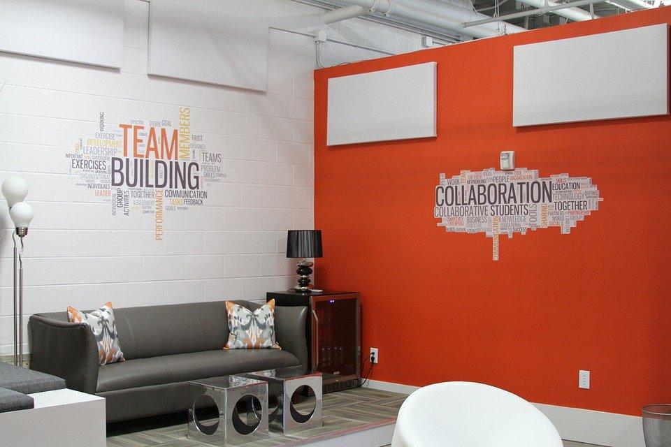 magazynkobiet.pl - modern 269456 960 720 - Stolik, sofa, recepcja - jak meble biurowe wpływają na wizerunek firmy?