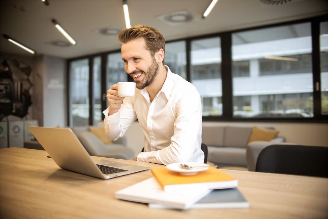 magazynkobiet.pl - pexels photo 927451 1050x700 - Stolik, sofa, recepcja - jak meble biurowe wpływają na wizerunek firmy?