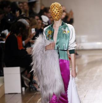 magazynkobiet.pl - Maison Martin Margiela Couture Fall 2014 Runway Paris Haute Couture Fashion Week 1 330x331 - OBOWIĄZKOWE MASECZKI? W MODZIE TO JUŻ BYŁO!