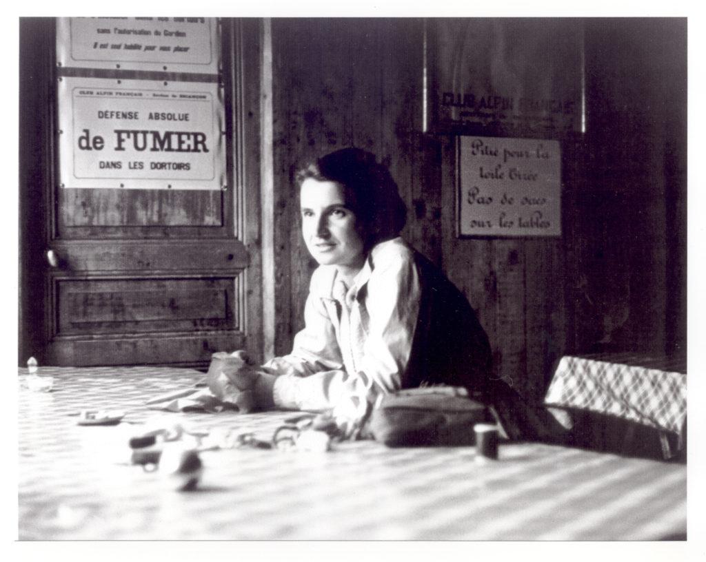 magazynkobiet.pl - Rosalind w schronisku podczas wędrówki po Alpach fot. Vittorio Luzzati ok. 1949 fotografia z Kolekcji Jennifer Glynn za U.S. Library of Medicine - Rosalind Franklin – wymazane nazwisko