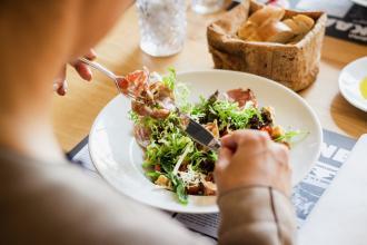 Kawałek warzywa na talerzu jako symbol nieodpowiedniej diety redukcyjnej