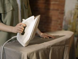 magazynkobiet.pl - person in gray dress shirt holding white book 4107183 330x248 - Wskazówki przy wyborze żelazka