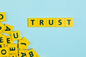 Stracone zaufanie – jak je odzyskać i jak dalej żyć?