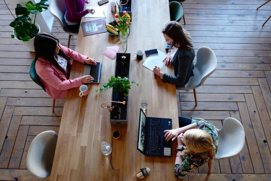 magazynkobiet.pl - pexels photo 2041627 1050x700 - Dlaczego warto wynająć biuro?