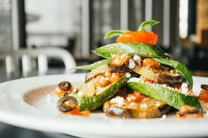Sezon na cukinię i bakłażana – przepisy na warzywa na patelnię