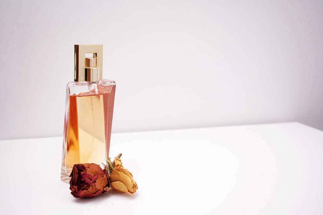 magazynkobiet.pl - perfumy oryginalne i zamienniki 1050x701 - Perfumy oryginalne czy zamienniki – które z nich warto wybrać?