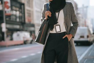 magazynkobiet.pl - 20210217180005 pexels photo 5999915.jpeg 330x220 - Moda damska na każdą kieszeń. 4 uniwersalne elementy, które powinny znaleźć się w garderobie modnej kobiety