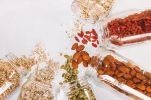 Przestań marnować jedzenie: Rady, jak we właściwy sposób przechowywać artykuły spożywcze.