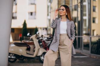 magazynkobiet.pl - mloda kobieta w kostiumu pozyci hulajnoga 1303 11931 330x220 - Jakie ubrania i dodatki pozwolą stworzyć ekskluzywną stylizację wiosną i latem 2021?