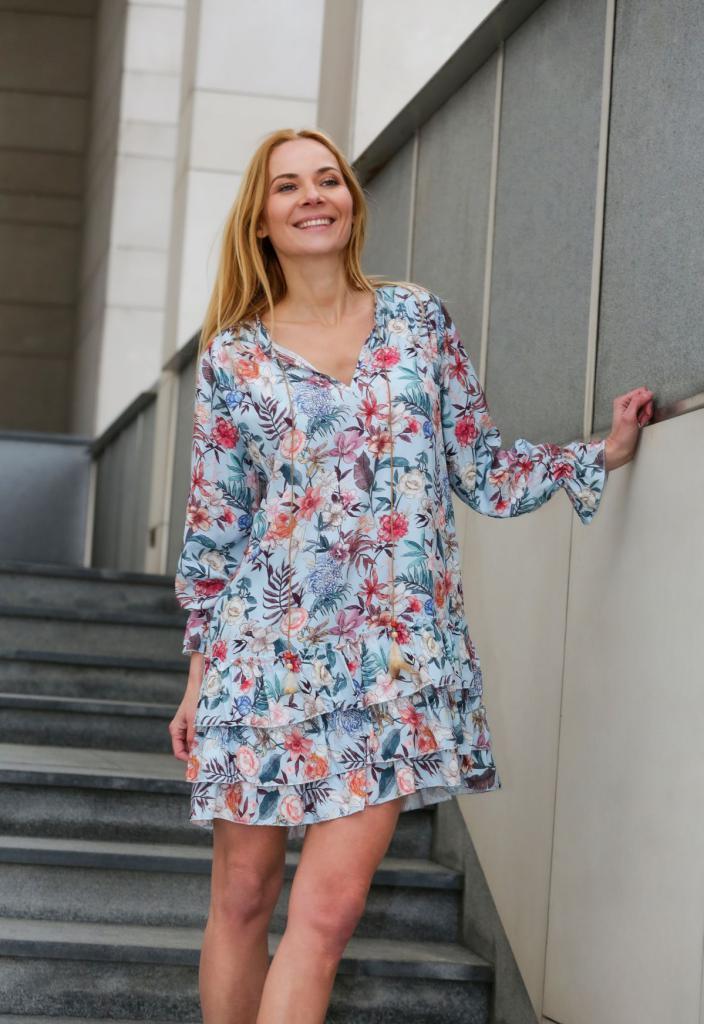 magazynkobiet.pl - kwiecista sukienka 704x1024 - Moda na wiosnę i lato 2021. Zobacz, co jest na topie!