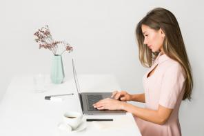 Sukienki do pracy – czym się kierować przy ich wyborze?