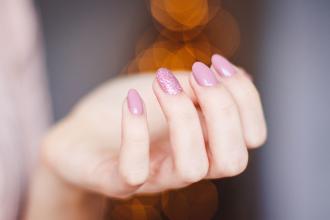 magazynkobiet.pl - hybrydowe lakiery do paznokci 330x220 - Hybrydowe lakiery do paznokci - dlaczego są tak popularne?