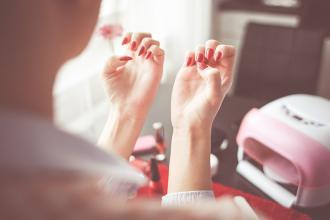 magazynkobiet.pl - nails 865121 1280 330x220 - Jak zrobić manicure w domu? Krótki poradnik