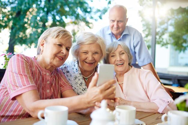 magazynkobiet.pl - wspolczesni seniorzy robia sobie zdjecia 1098 13089 - Przyjemna jesień życia. Komfort psychiczny bliskich - te domy seniora potrafią to zapewnić