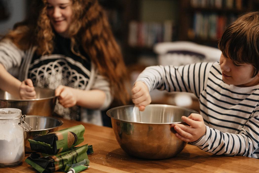magazynkobiet.pl - annie spratt UyEmagArOLY unsplash 1050x700 - Kuchnie drewniane dla dzieci - sposób na poznanie domowych obowiązków