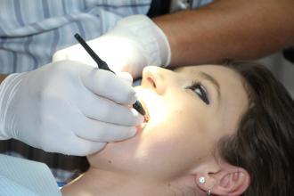 magazynkobiet.pl - 20210807172305 g052221c6b30c074b2133a921ffe56ef9afbe6cfcc232dff48dfd6b887fb18afa2aa4e7ff279d8e6d4d888615e9e872cee3c5341bc3900048973affc9ccf8a843 1280.jpg 330x220 - Nie dbasz o zęby? Sprawdź, jak może to wpłynąć na twoje zdrowie