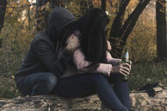 magazynkobiet.pl - kto cierpi na chorobie osoby uzaleznionej 330x220 - Alkoholizm i jego konsekwencje – kto najbardziej cierpi na chorobie osoby uzależnionej?