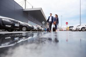 Strzeżony parking przy lotnisku – powody, dla których warto z niego skorzystać